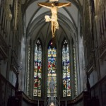 Blick in das Presbyterium, über dem Volksaltar ein Kreuz mit Corpus, ... (© Herr Mag. Bernhard Wagner)