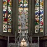 Abermals der Hochaltar, dahinter eindrucksvolle Glasfenster (© Herr Mag. Bernhard Wagner).