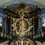 Gottvater und Hl. Geist in Gestalt einer Taube im oberen Bereich des Hochaltars, ebenfalls mit Putten (© Herr Mag. Bernhard Wagner).
