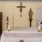 Altar der Kapelle mit Tabernakel und Ewigem Licht, Ambo sowie Kruzifix und einer Marienstatue (© Herr Mag. Bernhard Wagner).
