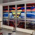 Eindrucksvoll gestaltetes, künstlerisches Fenster (© Herr Mag. Bernhard Wagner).