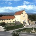 Das Haus St. Benedikt mit der Rektoratskirche Mariä Himmelfahrt von Osten her gesehen. Davor das sog. Swentzestöckl (© Herr Mag. Josef Barth).
