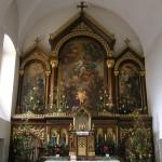 Hochaltar und Volksaltar der Kirche, hier in weihnachtlicher Dekoration (© Herr Mag. Bernhard Wagner).