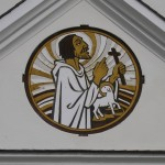 Das vom ehemaligen Messner Herrn Gerhard Warzilek † und Herrn Christoph Warzilek geschaffene Sgrafitto am klassizistischen Vorbau der Kirche ist ein Bild des Hl. Johannes des Täufers mit dem Lamm (© Herr Mag. Bernhard Wagner).