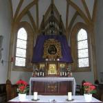 Hochaltar der Filialkirche St. Johann (hier zur Zeit der Hl. Hauptandacht) und Volksaltar sowie das spätgotische Sakramentshäuschen (© Herr Mag. Bernhard Wagner).