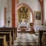 Blick in das Kirchenschiff Richtung Hochaltar und Volksaltar (© Herr Mag. Bernhard Wagner).