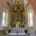 Hochaltar der Filialkirche St. Thomas. Im Vordergrund Triumphbogen und Volksaltar (© Herr Mag. Bernhard Wagner).