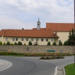 Das Haus St. Benedikt mit Kirche von Süden her gesehen (© Herr Mag. Bernhard Wagner).