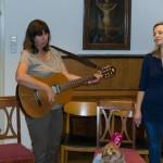 ... um dort ein letztes Mal bei diesem Treffen miteinander zu singen, begleitet an der Gitarre von Spielgruppenleiterin Frau Monika Wuggenig (© Herr Mag. Bernhard Wagner).