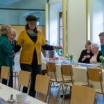 ... musste Frau Wuggenig noch mit verbundenen Augen und der Hilfe der Seniorinnen ... (© Herr Mag. Bernhard Wagner)