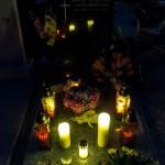 Bald darauf sieht man die Gräber in eindrucksvollem Schein der Lichter (© Herr Mag. Bernhard Wagner).
