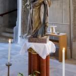 ... und in Gesamtansicht auf einer Säule neben dem Volksaltar mit Kerzen und Blumenschmuck (Lilien) (© Herr Mag. Bernhard Wagner).