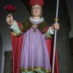 Die Statue des Hl. Valentin, geschmückt mit einem Rosengesteck, schräg von unten gesehen, ... (© Herr Mag. Bernhard Wagner)