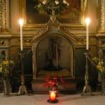 Der untere Teil des Valentinsaltars im Schein der Kerzen (© Herr Mag. Bernhard Wagner).