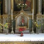 Unterer Teil des Valentinsaltars mit einer im dortigen Schrein befindlichen Statue des einen Kranken an einer Hand haltenden Hl. Valentin (© Herr Mag. Bernhard Wagner).