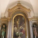 Oberer Teil des Valentinsaltars mit einem Bild des Kranke segnenden Heiligen sowie den Statuen der heiligen Mutter Anna (links) und des heiligen Joachim (rechts) (© Herr Mag. Bernhard Wagner).