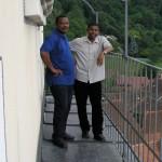 Herr Mag. Eliseus Ezeuchenne (links) und Herr Charles Ogbunambala auf der Südseite des Turmbalkons (© Herr Mag. Bernhard Wagner).