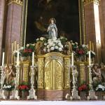 Bereich des Hochaltars um den Tabernakel. Darüber die Statue der Gottesmutter (© Herr Mag. Bernhard Wagner).