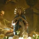 Die Statue der Gottesmutter am Hochaltar in abendlicher Beleuchtung (© Herr Mag. Bernhard Wagner).