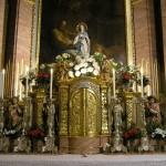 Bereich des Hochaltars um den Tabernakel mit der Statue der Gottesmutter in abendlicher Beleuchtung (© Herr Mag. Bernhard Wagner).