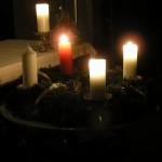 Frau Wuggenigs Adventkranz mit brennenden Kerzen in abendlicher Stimmung (© Herr Mag. Bernhard Wagner).