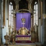 Das klassische Bild des Hl. Hauptes am Hochaltar vor dem violetten Vorhang (© Herr Mag. Bernhard Wagner).