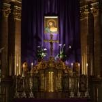 Bereich des Hochaltars um den Tabernakel mit dem Hauptandachtsbild vor dem violetten Vorhang in abendlichem Licht  (© Herr Mag. Bernhard Wagner).