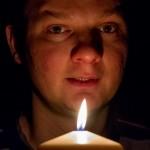Portrait unseres Stadtpfarrmessners Herrn Markus Karner mit brennender Kerze, selbige als Symbol anlässlich des Festes der Darstellung des Herrn am 2. Februar 40 Tage nach Weihnachten, auch Mariä Lichtmess genannt (© Herr Mag. Bernhard Wagner).