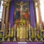 Bereich des Hochaltars um den Tabernakel. Darüber das Fastenbild mit Jesus am Kreuz, seiner Mutter Maria (links) und dem Jünger Johannes (rechts) (© Herr Mag. Bernhard Wagner).