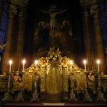 Bereich des Hochaltars um den Tabernakel im Schein der Kerzen (© Herr Mag. Bernhard Wagner).
