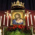 Gesamtansicht des Hauptandachtsaufbaus mit dem Bild des Hl. Hauptes in abendlicher Beleuchtung. Am oberen Abschluss die Krone als Hinweis auf das Königtum Christi (© Herr Mag. Bernhard Wagner).