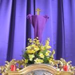 Verhülltes Kreuz mit Blumengesteck über dem Tabernakel (© Herr Mag. Bernhard Wagner).