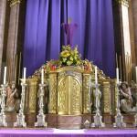 Bereich des Hochaltars um den Tabernakel. Darüber das verhüllte Kreuz mit dem Blumengesteck (© Herr Mag. Bernhard Wagner).