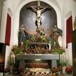Allerseelenaltar mit dem Heiligen Grab in abendlicher Beleuchtung (© Herr Mag. Bernhard Wagner).