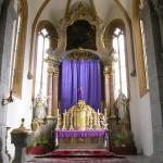 Gesamtansicht des Hochaltars mit dem verhüllten Kreuz und dem Blumengesteck (© Herr Mag. Bernhard Wagner).