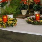 Linksseitige Blumenkränze mit Lichtern am Heiligen Grab (© Herr Mag. Bernhard Wagner).