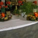 Rechtsseitige Blumenkränze mit Lichtern am Heiligen Grab (© Herr Mag. Bernhard Wagner).