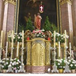Bereich des Hochaltars um den Tabernakel. Darüber die Statue des Auferstandenen (© Herr Mag. Bernhard Wagner).