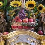 Nahansicht des Erntekorbs mit Äpfeln und Weintrauben am Tabernakel flankiert von zwei betenden Engeln (© Herr Mag. Bernhard Wagner).