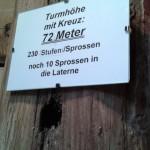 Tafel im Zwiebelhelm mit Angabe zur Turmhöhe und Stufen-/Sprossenanzahl (© Herr Christian Cufer).