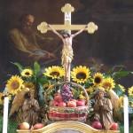 Das Hochaltarkreuz mit dem Erntekorb, Blumenschmuck und den betenden Engeln (© Herr Mag. Bernhard Wagner).