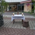 Altar am Offnerplatzl mit Blumenschmuck, Kerzen und wie im Jahr zuvor der Christusstatue vom guten Hirten mit dem Lamm, flankiert von zwei Birken (© Herr Mag. Bernhard Wagner).