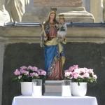 Altar am Hohen Platz bei der Mariensäule mit einer Madonnenstatue, Blumenschmuck und Lichtern (© Herr Mag. Bernhard Wagner).