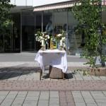 Altar am Offnerplatzl mit Blumenschmuck, Kerzen und einer Christusstatue (der gute Hirte mit Lamm), flankiert von zwei Birken (© Herr Mag. Bernhard Wagner).