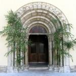 Hauptportal der Markuskirche mit Birken (© Herr Mag. Bernhard Wagner).