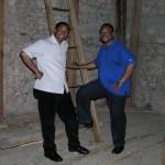 Herr Charles Ogbunambala (links) und Herr Mag. Eliseus Ezeuchenne bei der Leiter hinauf in den Zwiebelhelm des Kirchturms (© Herr Mag. Bernhard Wagner).