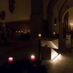 Mit einem adventlichen Gesang wird die Firmlingsrorate in der Markuskirche durch Dechant Mag. Engelbert Hofer, Kaplan Francis Nelaturi und die Gemeinde eröffnet (© Herr Mag. Bernhard Wagner).