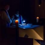 Dechant und Kaplan bei einem Kirchengebet, besonders eindrucksvoll ist in diesem Zusammenhang auch die Lichtstimmung warm (gelb-orange) und blau (kühl) (© Herr Mag. Bernhard Wagner).