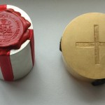 Kapsel und Zylinderröhre mit Kreuz am goldenen Deckel welche erstere enthält (© Herr Markus Karner).