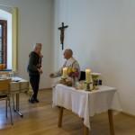 Die Leiterin der Seniorenrunde Frau Brigitte Kettner begrüßt Dechant Mag. Engelbert Hofer (© Herr Mag. Bernhard Wagner).